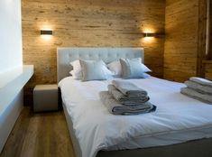 schönes schlafzimmer mit weißen bettbezügen - Schaffen Sie eine gemütliche Atmosphäre im Zimmer – Holzwand Ideen