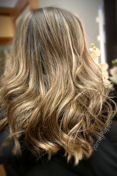 Blonde wavy hair with balayage and hilights for dimension Blonde Wavy Hair, Hair Studio, My Hair, Hair Cuts, Hair Color, Long Hair Styles, Photo And Video, Beauty, Instagram