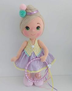 Boneca de pano - Como Faço Felt Diy, Felt Crafts, Pasta Flexible, Felt Dolls, Diy Doll, Homemade Gifts, Diy Projects, Christmas Ornaments, Disney Princess