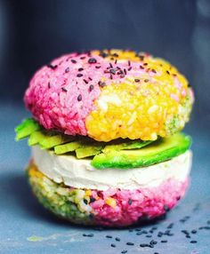 Best Of Vegan op Instagram: the rainbow sushi burger  #BESTOFVEGANBURGER Rice: 2 cups of cooked sushi rice mixed with 1/4 cup sushi vinegar. Let the rice COOL COMPLETLEY before the next steps. To colour; PINK - Beetroot powder YELLOW - turmeric GREEN - matcha or spirulina Use as much as you desire but be aware the more you use may alter the taste of the rice. Seperate into bowls and Massage seperate colours into the rice.