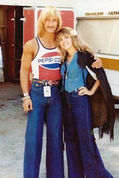 Richard Norton, a Fleetwood Mac bodyguard during the Rumours tour with Stevie; both are wearing flared jeans Lindsey Buckingham, Buckingham Nicks, 70s Inspired Fashion, 70s Fashion, Vintage Fashion, Fashion Tips, Stephanie Lynn, 70s Aesthetic, Stevie Nicks Fleetwood Mac