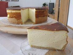 Κλασικό παραδοσιακό Γερμανικό γλυκό με γιαούρτι. Υλικά: για μία φόρμα διαμέτρου 26-28 εκατοστών. Για τον πάτο:  200 γρ αλεύρι 75 γρ βούτυρο ή μαργαρίνη 75 γρ ζάχαρη 1 αβγό 1 βανίλια Μία πρέζα αλάτι  Για την κρέμα: 1 κιλό κβάρκ (Lidl) ή γιαούρτι στραγγιστό Low Calorie Cake, Low Calorie Recipes, Greek Desserts, Party Desserts, Sweet Recipes, Cake Recipes, Dessert Recipes, Food Network Recipes, Cooking Recipes