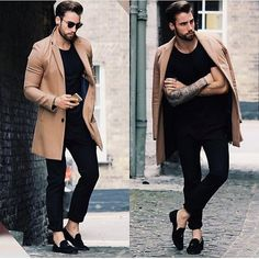 Look básico composto de calça estilo alfaiataria escura, camiseta básica e trench coat.