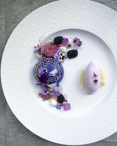 Textures of Lavender dessert - Sweet Food Gourmet Desserts, Fancy Desserts, Plated Desserts, Dessert Recipes, Dessert Food, Dessert Design, Food Plating Techniques, Vegan Plate, Weight Watcher Desserts