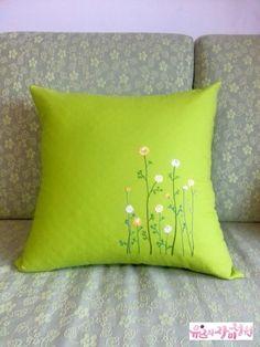 자수 아름다움의 끝을 향해 쿠션만들기 크리스마스가 지나자마자 또다시 주말이 돌아 왔어요 잇님들 즐거운... Cushion Embroidery, Diy Embroidery Patterns, Embroidery Flowers Pattern, Embroidered Cushions, Embroidery Stitches, Pillow Crafts, Diy Pillows, Decorative Pillows, Floral Bedspread