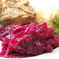Zoet-zure rode kool is een kleurrijk bijgerecht, perfect met worst en aardappelpuree, of bij je kerstkalkoen. Dit rode kool recept is heel eenvoudig dankzij de slowcooker!