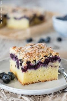 Blueberry Buttermilk Cake with Sprinkles - Small Kulinari-Blaubeer-Buttermilch-Kuchen mit Streuseln – Kleines Kulinarium Super juicy dough, fruity berries and crispy crumble – this blueberry buttermilk cake with crumble combines all these components - Blueberry Cake, Blueberry Recipes, Blueberry Cheesecake, Blueberry Crumble, Cheesecake Cookies, Baking Recipes, Snack Recipes, Dessert Recipes, Cupcake Recipes