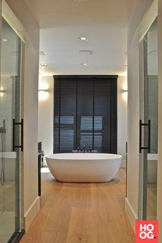 Klassiek moderne badkamer met houten jaloezieën van Zonnelux. Foto ...