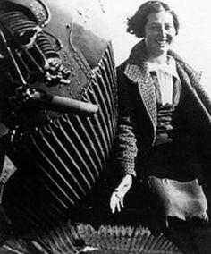 Mari Pepa Colomer posando junto a su avioneta, nació en 1913. En 1931, obtuvo el título de piloto, con solo 18 años, convirtiéndose en la 1ª española que lo hacía. Durante la República fue aviadora y llegó a ser oficial de Ejército. Al acabar la Guerra Civil, se exilió a Toulouse y después a Inglaterra. Desde entonces no volvió a volar.  Falleció en Surrey (Inglaterra) el 23 de mayo de 2004, de un paro cardiaco, a los 91 años.
