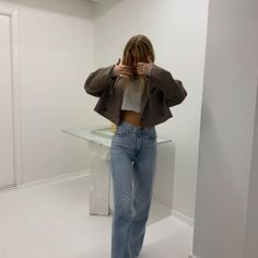 How to style a cropped blazer and jeans for a day trip to the museum. The easiest way to look chic wearing wide leg jeans and sandals Mode Outfits, Fashion Outfits, Fashion Ideas, Club Outfits, Club Dresses, Fashion Tips, Fashion Beauty, Fashion Trends, Minimalist Outfit