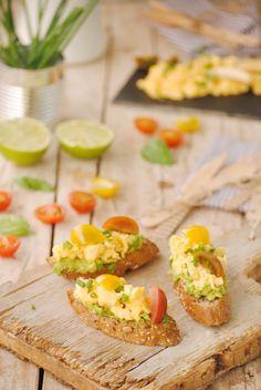 Cocinando con Neus: Tostaditas con crema de aguacate y revuelto de huevos Tostadas, No Cook Appetizers, Canapes, Starters, Avocado Toast, Baked Potato, Sushi, Sandwiches, Mexican