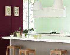 Décorez votre cuisine dans des nuances de bordeaux et de menthe pour un rafraîchissement dans une palette de couleurs classique.