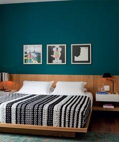 E para comprovar que em decoração não existem regras, apesar da maioria das cabeceiras lineares em madeira usarem paredes claras para proporcionar contraste, o uso de cores fortes também resultam em efeitos modernos e sofisticados. A cor da madeira neste caso tem um tom mais aberto e vivo.