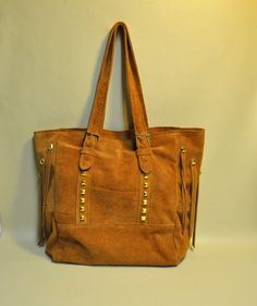 Leather fringes shoppers with gold metal studs, cow suede Cognac, zipper pocket inside. Size 13.75 / 11.42 / 5.91 inches