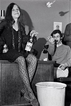 Janis pegada a la botella