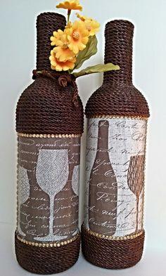 Kit com 2 garrafas decoradas.   Garrafa de vidro, pintada e decorada através da técnica de decoupage, flor artificial, cordão e aplique em strass   Pronta entrega.