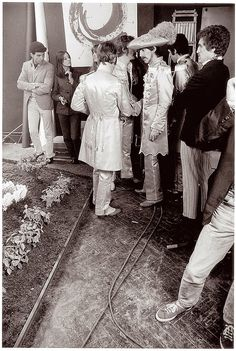 Behind the Scenes Photos of The Beatles During Their Photo Shoot for Sgt. Pepper's Album Cover in 1967 Behind the Scenes Photos of The Beatles During Their Photo Shoot for Sgt. Pepper's Album Cover in 1967 The Beatles, John Lennon Beatles, Beatles Photos, Beatles Art, Liverpool, Great Bands, Cool Bands, Sgt Pepper Album Cover, Beatles Sgt Pepper
