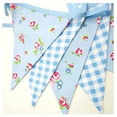 Banderines de tela Fabric Bunting, Bunting Garland, Shabby Chic Farmhouse, Shabby Chic Style, Bunting Tutorial, Pennant Banners, Sewing Accessories, Hanging Ornaments, Sewing For Beginners