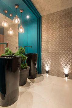 Banho Público - Paula Magalhães. O ar é retrô nos revestimentos, e o estilo orienta a escolha de louças e metais Deca nas cores preto e cobre.