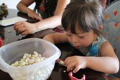 Mundo Down - Estimulación motora fina para con cosas que tenemos en casa y haciendo participes a nuestros hijos con las tareas del hogar.