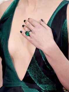 Pin for Later: Die Accessoires bei den Golden Globes sind fast noch besser als die Kleider Jaimie Alexander mit einem Ring von Lorraine Schwartz