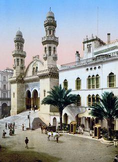 Mosquée Ketchaoua à Alger, reconstruite en 1794 sous le gouvernement de Hasan Pacha et transformée en cathédrale Saint-Philippe d'Alger de 1832 à 1962, date à laquelle elle est redevenue une mosquée  http://fr.wikipedia.org/wiki/Maghreb