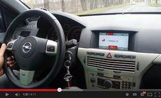 Az autó sebességfigyelő funkciójának és a digitális sebességmérő kijelzőjának bemutatása