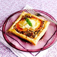 De combinatie van zoete pompoen en pittige geitenkaas maakt van dit taartje een ultieme verwennerij. Serveer als snack of borrelhap, of als lunch met een frisse groene salade.    1. Verwarm de oven voor op 200 °C. Snijd depompoen in 8...