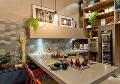2. Para quem adora uma cervejinha - Na cozinha-bar do Ateliê do Mestre Cervejeiro, assinado pelo escritório Sarau Arquitetura, a bancada é composta por uma área de trabalho, com pia e chopeira, e mesa para refeições ladeada por banquetas.