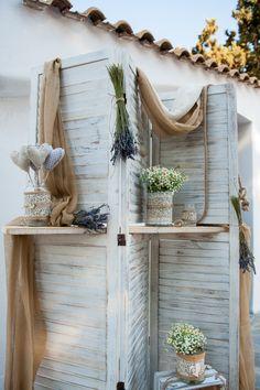 Λεβάντα , χαμομήλι και αντικείμενα στολίζουν πολύ όμορφα το ξύλινο παραβάν στον εξωτερικό χώρο του ναού της Παναγίας Μεσοσπορίτισσας στην Παιανία.