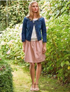 Veste en jean façon Chanel sans col à accessoiriser d'un top blanc avec une jupe rose très féminin