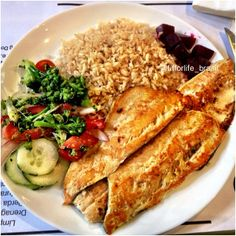 Almoço hoje no restaurante, mas mantendo minha alimentação, meu lifestyle! Varias opções de comida, a escolha é sua, da pra comer saudável em todos os lugares, é só saber escolher . Arroz integral + truta grelhada + beterraba, brócolis, pepino, tomate e cebola. Delicia!! --- Lunch: Brown rice + grilled trout + beets, broccoli, cucumber, tomato and onion. Delish  #teamtreta #teambellafalconi #fitforlife_brasil