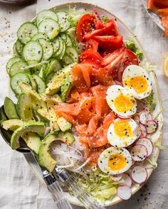 Everything-But-the-Bagel Salad Paleo Primal Gourmet Healthy Easy Lunch Idea - Recipes, tips and everything related to cooking for any level of chef. Paleo Whole 30, Whole 30 Recipes, Recetas Whole30, Brunch Salad, Bagel Toppings, Clean Eating, Healthy Eating, Menu, How To Cook Eggs