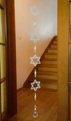 ご覧くださいませ~HALEさんが(≧∀≦)クリスマス飾り/星を雪の結晶に見立て、縁の編み色を少しずつ変化させ、こんなにすてきなサンキャッチャーを作りました。ステキ!気絶!016/20160915