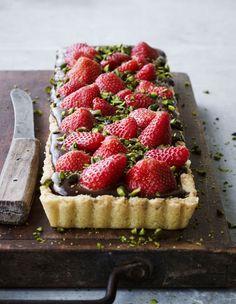 Jordbærtærte med chokolade Fairy House Crafts, Danish Dessert, Valentine Desserts, Banana Cream, Quinoa, Smoothie, Waffles, Bowls, Cheesecake