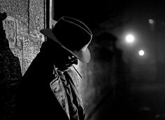 Here you can find dark photos, pictures or drawings that have the typical character of film noir movies. These can be historical or contemporary photos, photo compositions and other artwork. If you want to see photos of film noir movies then ple Classic Film Noir, Classic Films, Cthulhu, Film Noir Fotografie, Lumiere Photo, Shadow Film, Estilo Hipster, The Noir, Fritz Lang