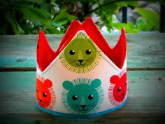 Corona de cumpleaños del León!  Esta corona de cumpleaños del León es Velcro ajustable. Corona mide 19.5 pulgadas acostado. Ajusta entre 19-15 pulgadas.  Por favor convo yo con cualquier pregunta!  ¡Gracias por mirar