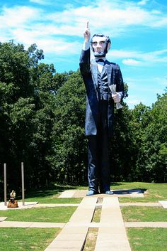 World's Largest Abraham Lincoln Statue – Ashmore/Charleston, Illinois Roadside Signs, Roadside Attractions, Tom Robbins, Charleston Caroline Du Sud, Statues, Wisconsin, Michigan, Beautiful Sites, Sculptures