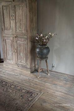 Parvani | kalkverf sculptura, India kast vergrijsd hout, Chinees krukje oud hout, Zwarte Chinese aardewerk pot.