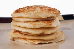 Das Lieblingsfrühstück meines Mannes, und sicherlich auch eines vieler anderer, sind American Pancakes! Da morgens unter der Woche keine Zeit für diese leckeren Teilchen ist, gibt es normalerweise nur sonntags Pfannekuchen. Heute möchte ich dieses super einfache, gesunde und leckere Bananen-Haferflocken-Pancake Rezept mit euch teilen. Diese sind voll mit komplexen Kohlenhydraten, Eiweiß und gesunden Fetten und perfekt fürs Frühstück, nach dem Sport oder einfach nur als Snack.