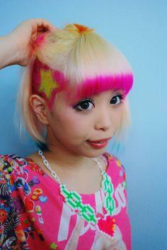 【紅林マスキングカラー】くれちゃんです。今回は、ブリーチのリタッチをして、前髪にピンク(20%)サイドの毛先に緑(20%)をいれ、トップはオレンジをいれました。刈り上げは星はイエローで回りはピンクにしました。落ち武者部分は成長させようとしてます。毛先にポイントをもってきた可愛いマスキングカラーみたいになりました。ただ髪の毛にマスキングテープは貼れないので、そこはフリーハンドでかんばりました。