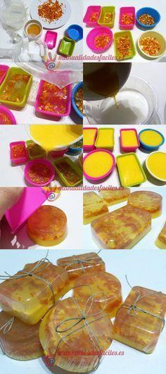 Materiales: -Base de jabón de glicerina transparente y opaco -Piel de naranja seca -Miel -Aceite de almendras -pequeños moldes de silicona Dejaremos secar la piel de naranja troceada de 5 a 7 días, podemos acelerar el secado si ... Handmade Soap Recipes, Handmade Soaps, Diy Soap And Shampoo, Diy Body Butter, Coffee Latte Art, Soap Display, Diy Scrub, Soap Packaging, Lotion Bars