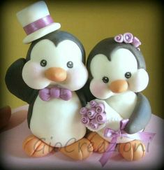 Cake topper - this is too adorable! Fimo Clay, Polymer Clay Projects, Polymer Clay Crafts, Penguin Cake Toppers, Penguin Cakes, Cupcake Toppers, Fondant Animals, Clay Animals, Love Cake Topper