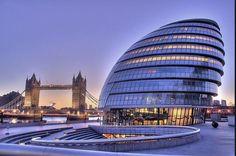 НАбережная Темзы, здание муниципалитета Сити Холл и Тауэрский мост в Лондоне