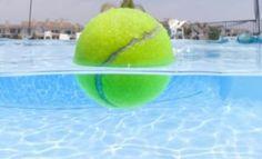 Aussitôt que les nageurs sortent de sa piscine, il lance quelques balles de tennis dans l'eau. La raison est étonnante!