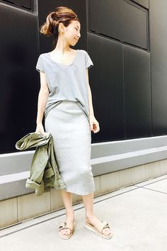 L'Appartement DEUXIEME CLASSE スナップNo21118 メインカット Spring Street Style, Casual Street Style, Spring Summer Fashion, Grey Pencil Skirt, Pencil Skirt Outfits, Japanese Fashion, Work Fashion, Casual Outfits, Style Inspiration