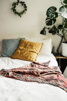 DOMINO:15 Clever Ways to Fill the Empty Space Above Your Bed
