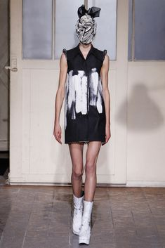 See the complete Maison Margiela Spring 2013 Couture collection.