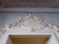 Tre anelli (Borromeo) - Palazzo Borromeo, Isola Bella, Lago Maggiore (VB). Decorazione in stucco collocato sopra la porta nell'Anticamera della Biblioteca da cui si accede alla Biblioteca.