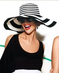 Black and white striped floppy hat Look Fashion, Fashion Outfits, Womens Fashion, White Fashion, Fashion Details, Ladies Fashion, Spring Fashion, Glamorous Chic Life, Floppy Hats